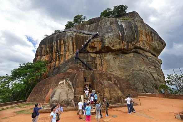 Sigiriya ist ein Monolith, auf dem sich die Ruinen einer historischen Felsenfestung befinden.