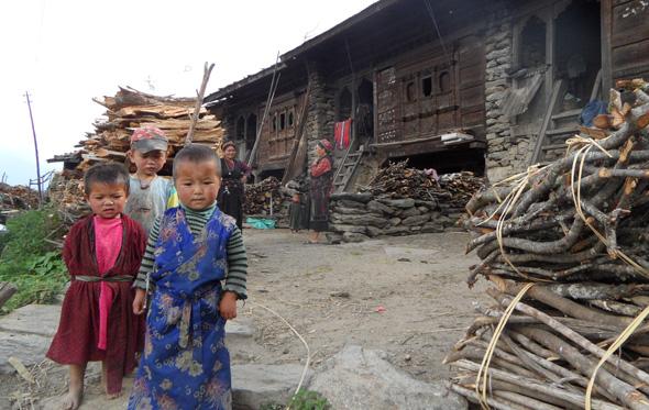 Die Begenung mit den Einheimischen - so wie hier mit Tamangkindern in Thambuchet - macht einen Teil der Faszination Nepal aus. (Foto Sophie Streck)