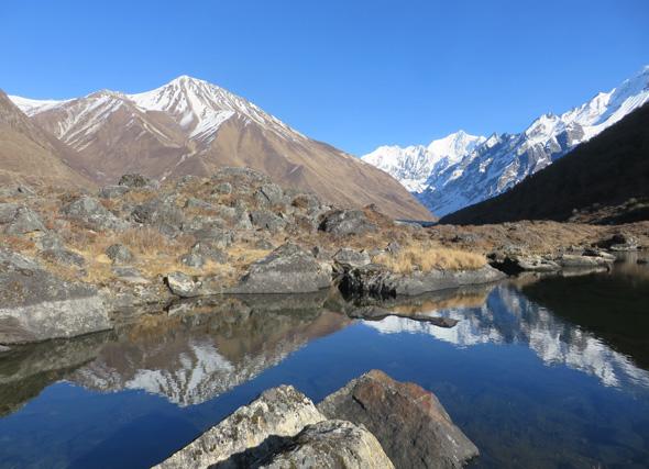 Nepal ist bekannt für sine atemberaubenden Ausblicke, wie hier auf dem Langtang-Trail von Kyanjin Gompa (3.810 m) ins Langshisha-Tal. (Foto Sophia Steck)
