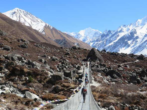Auf dem Langtang-Trail führt eine Hängebrücke über den Gletscherbach des Lirung-Gletschers. (Foto Sophie Streck)