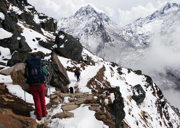 Führt durch Schnee und Eis: der Gosainkund-Trail-Aufstieg zu den Gosainkund-Seen. (Foto Sophie Streck)