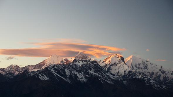Stimmungsvolles Himalaya-Panorama beim Sonnenuntergang in Laurebina Yak mit Blick auf den Ganesh Himal. (Foto Sophie Streck)