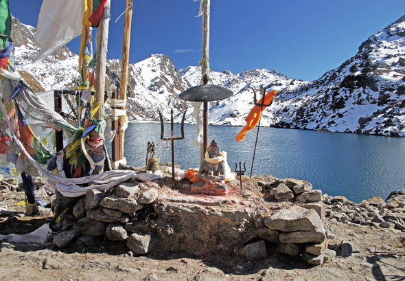 Ein Shiva-Heiligtum am Gosainkund-See. (Foto Sophie Streck)