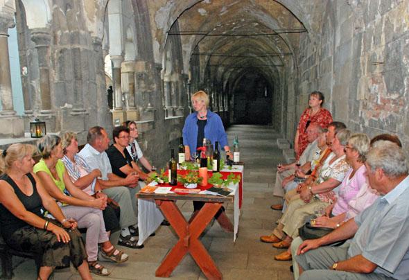 """Ein Höhepunkt des """"Romantischen Abendspaziergangs mit Harzer Gaumenfreuden"""" in Halberstadt ist eine Weinprobe im Kreuzgang des Doms. (Foto: djd)"""