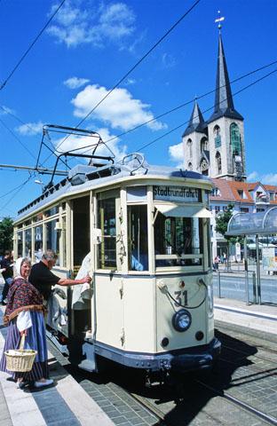 Die historische Straßenbahn fährt zu Füßen der Martinikirche. (Foto: djd)