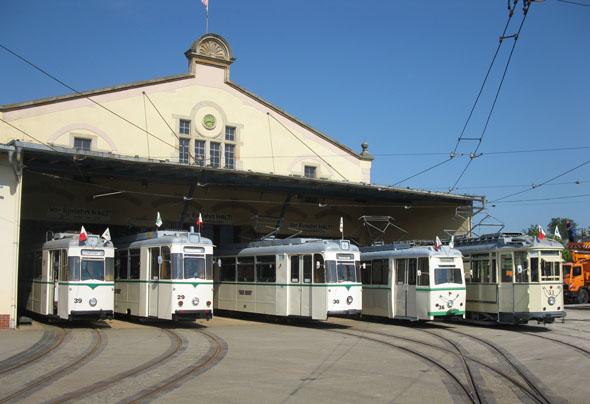 Im Straßenbahndepot von Halberstadt stehen noch einige historische Trieb- und Beiwagen bereit. (Foto: djd)
