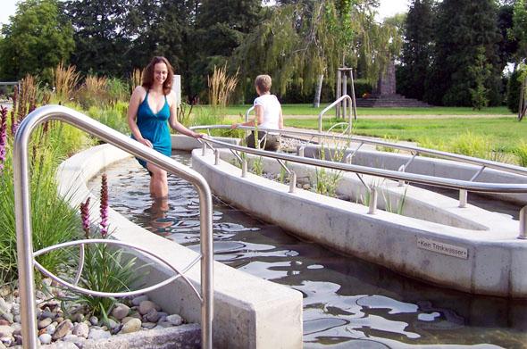 Wasser ist das natürlichste Heilmittel: Was schon Pfarrer Kneipp lehrte, wird in der Feldberger Seenlandschaft auf moderne Weise angewandt - hier im Kneippbecken im Kurpark. (Foto: djd)