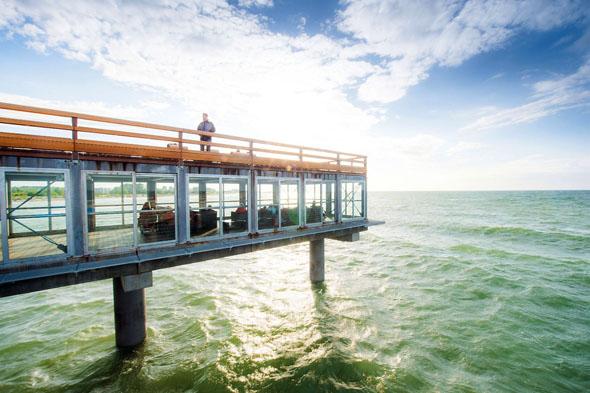 In der gläsernen Meereslounge lässt sich der weite Blick über die Ostsee genießen. (Foto: Oliver Franke)