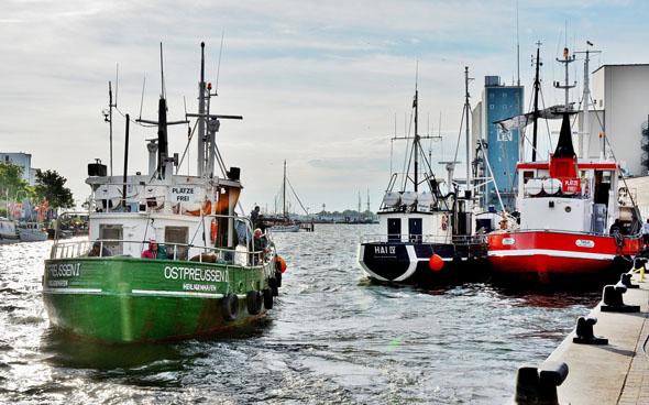 """Mit einem freundlichen """"Moin"""" wird man im Hafen gegrüßt, wo man das Treiben der Fischer auf ihren Kuttern hautnah miterleben kann. (Foto: Roland Mattern)"""