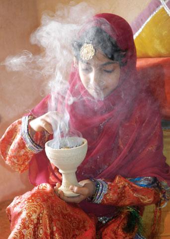 Die Düfte des Orients: Weihrauch und viele weitere traditionelle Aromen sind in Oman allgegenwärtig. (Foto: djd)