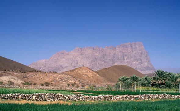 Durch das Sultanat Oman verlaufen jahrtausendealte Handelsrouten. Küste, Sanddünen, Gebirgszüge und grüne Oasen bilden eine reizvolle landschaftliche Mischung. (Foto: djd)