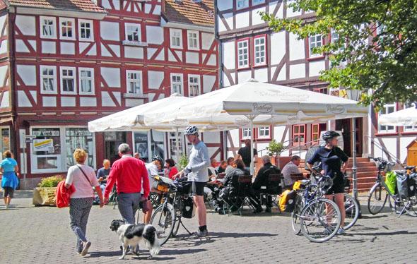 Der mit vier Sternen zertifizierte Fulda-Radweg führt direkt durch die mittelalterliche Fachwerkstadt Rotenburg an der Fulda.(Foto: djd)