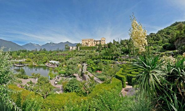 Woche für Woche verändert sich das Erscheinungsbild der Gärten von Schloss Trauttmansdorff, die über 80 Gartenlandschaften aus aller Welt vereinen. (Foto: djd)