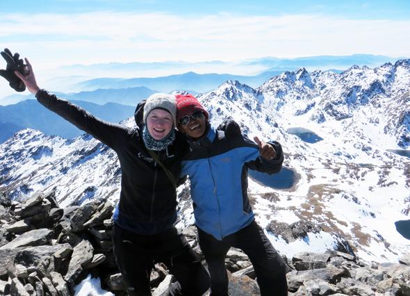 Gipfelfreude bei Sophie Streck auf dem 5.070 Meter hohen Surya Peak.