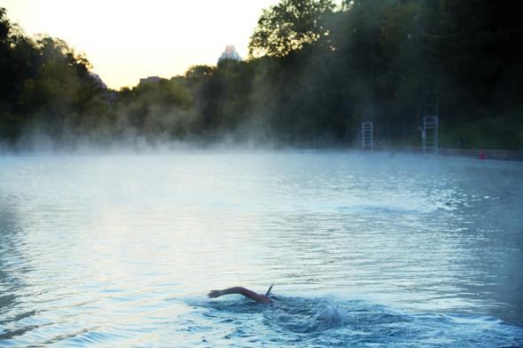 Cooles Schwimm-Areal bei Wind und Wetter: der Barton Springs Pool. (Foto Kenny Braun)