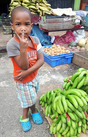 Offen und freundlich sind die Menschen in der DomRep so wie hier ein kleiner Junge auf dem Markt in Higüey. (Foto Karsten-Thilo Raab)