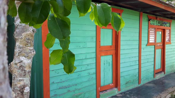 Bunt wie das Leben selber in der DomRep sind die oft einfachen Holzhäuser in dem Karibikstaat.