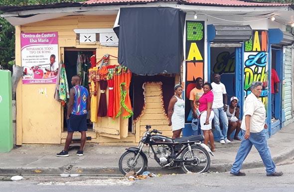 Eine typische Ladenzeile in Higüey. (Foto Karsten-Thilo Raab)