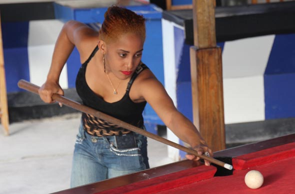Billard spielende Animierdame beim Car Wash in Punta Cana. (Foto Karsten-Thilo Raab)