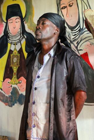 Schamane Edward demonstriert gerne seine Unvervwundbarkeit. (Foto Karsten-Thilo Raab)