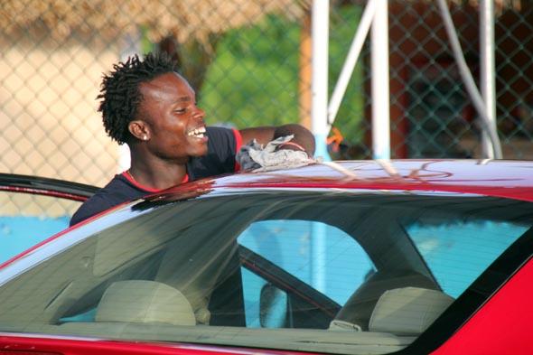 Teil der karibischen Lebensart ist es, sein Auto bei einem Car Wash mindestens einmal die Woche innen und außen reinigen zu lassen. (Foto Karsten-Thilo Raab)
