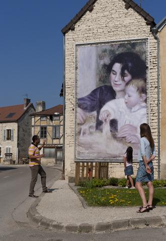 Eine Kopie eines Renoir-Gemäldes an einer Hauswand in Essoyes. (Foto Stephane Herbert)