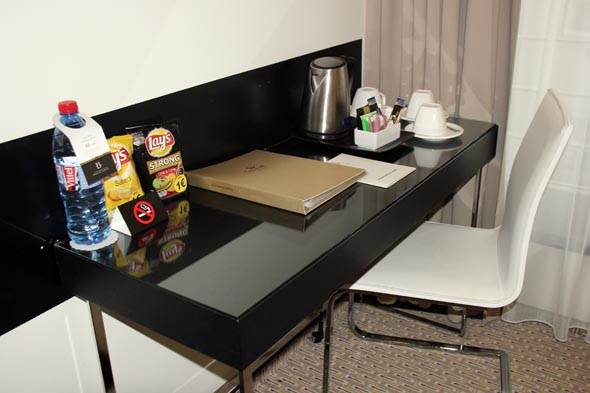 Schreibtisch und Minibar gehören zur Standardausstattung aller Zimmer. (Foto Karsten-Thilo Raab)