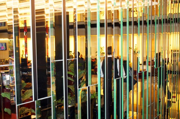 Ungewöhnlcihes Glasdekor ziert die Eingangshalle im Grandior Hotel. (Foto Karsten-Thilo Raab)