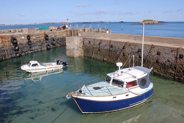 Der kleine Hafen auf Herm kann bei Ebbe nicht angelaufen werden. (Foto Karsten-Thilo Raab)