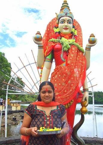 Hindu-Anhängerin vor der Göttin Shiva. (Foto Katharina Büttel)