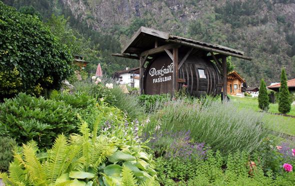 Ein besonderes Kleinod im Garten des Hotels: die Fassbar. (Foto Ulrike Katrin Peters)