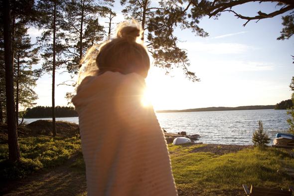 Nach dem Saunagang geht es mit - oder ohne - Handtuch um den Bauch in den nächsten See. (Foto Visit Finland)