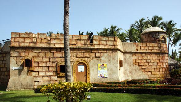 Der wie eine historische Burg anmutende Kidsclub ist der Größte in der Karibik. (Foto Karsten-Thilo Raab)