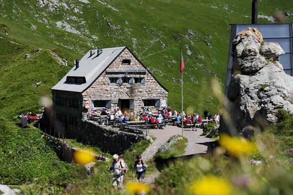 Die Pfälzerhütte lädt müde Wandererbeine zu einer Pause ein. (Foto Liechtenstein Marketing)