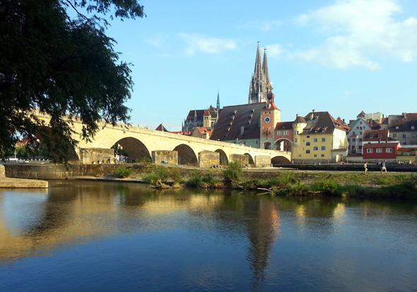 Die Steinerne Brücke, der Dom und die Donau prägen das Stadtbild. (Foto Karsten-Thilo Raab)