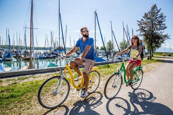 Rund um den Chiemsee lässt sich entspannt auf Zweirädern cruisen. (Foto Chiemgau Tourismus)