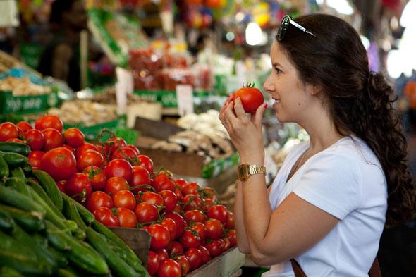 Auf Märkten - wie hier in Tel Aviv - finden Veganer nicht nur frisches Gemüse.