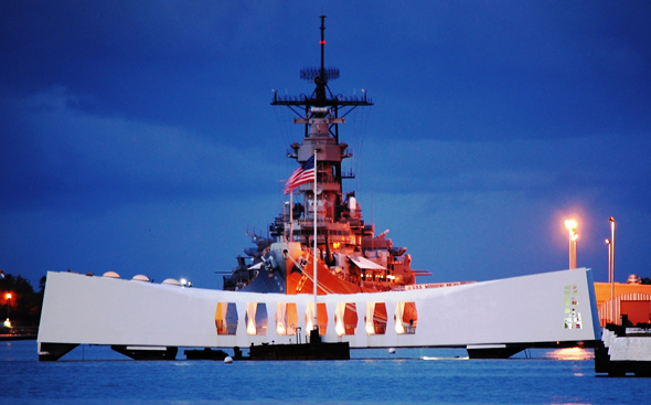 Mit einem mehrtägigen Programm wird - wie hier am USS Missouri und USS Arizona Memorial dem Angriff auf Pearl Harbour gedacht. (Foto 75th Anniversary of Pearl Harbor)