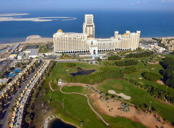 Landmarke und Top-Adresse zugleich: das Al Hamra Palace Beach Resort.