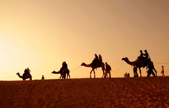 Ein Wüstenritt auf einem Kamel gehört zu den unvergesslichen Erlebnissen in Ras Al Khaimah.