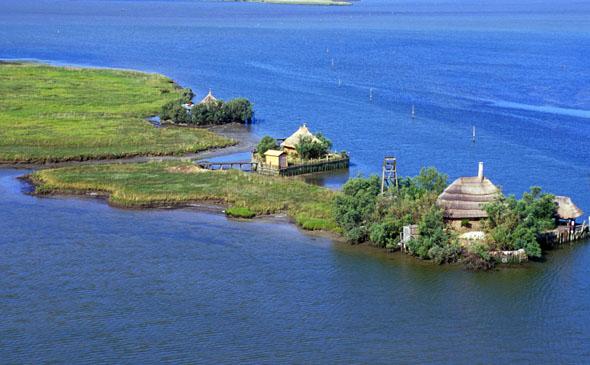 Nicht nur aus der Vogelperspektive überaus beeindruckend: die Lagune di Marano mit Casoni. (Foto Agenzia Turismo Friuli Venezia Giulia)