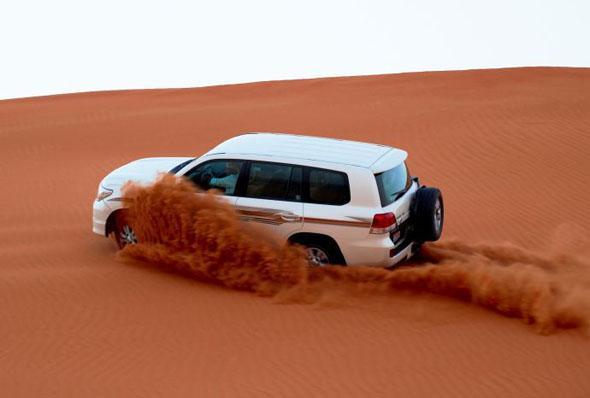 Eine rasante Wüstensafari ist fast schon ein Muss.