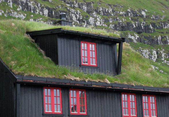 Mit Gras bewachsene Dächern sind keine Seltenheit auf den Färöer-Inseln.