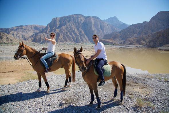 Auch auf dem Rücken von Pferden lässt sich die Vielfalt des Emirats erkunden.