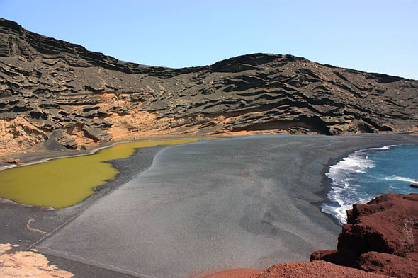 Faszination Lanzarote: Grüner nSee, schwarzer Sand und Vulkangestein.