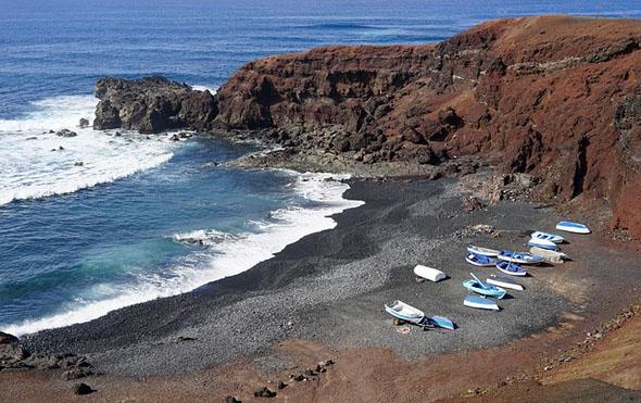 El Golfo - einer der prächtigen schwarzen Sandstrände auf Lanzarote.