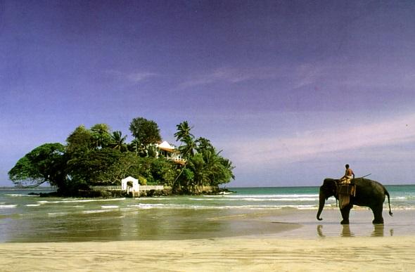 Ein Stück Bilderbuch-Sri-Lanka mit Elefant am Strand. (Fotos Grafenstein Freizeit- und Tourismuswerbung)
