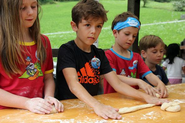 Unter fachmännischer Anleitung wird der Nachwuchs in die Kunst des Brotbackens eingeführt. (Foto Ulrike Katrin Peters)