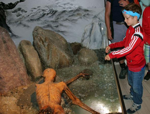 Selbst für Kinder ist der Fund von Ötzi überaus spannend aufbereitet. (Foto Ulrike Katrin Peters)