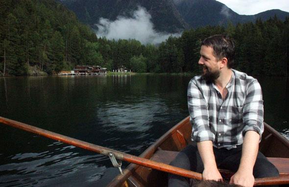 Auch bei einer Fahrt mit dem Ruderboot lässt sich Tirols wärmster Badesee entspannt entdecken. (Foto Ulrike Katrin Peters)